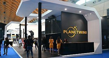 SKS365 ad Enada Primavera su un'astronave aperta e 'trasparente' per un'esperienza di gioco di un altro pianeta