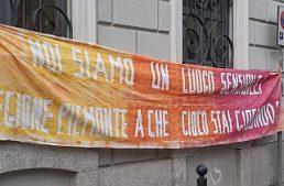 Piemonte: Libera mobilita i giovani con uno striscione per non modificare la legge sul gioco